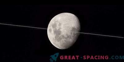 A Estação Espacial Internacional está voando contra o fundo da Lua